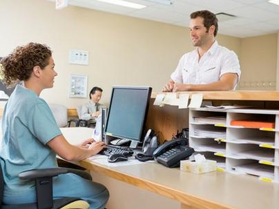 A recepção de um consultório odontológico